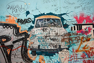 Altes Trabbi-Graffiti der Eastside-Gallery w Berlinie, Niemcy